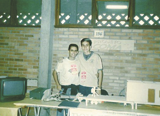 Fábio Martins e Ítalo Coutinho, em 1994, participam da Feira de Ciências em Viçosa/MG, com o projeto de segurança residencial