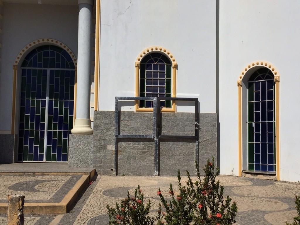 Quadro de avisos em inox – além de horroroso contamina a vista da linda igreja do Padre Paulo