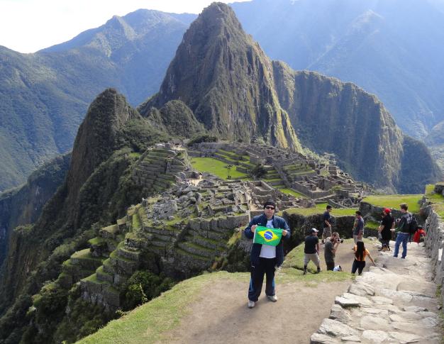 Michel e ao fundo as montanhas de Machu Pichu no Peru