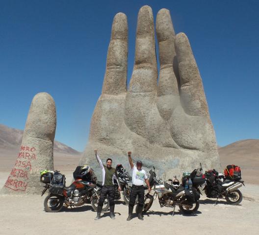 Roger e Tiziu e a conhecida mão do deserto de Atacama em terras chilenas