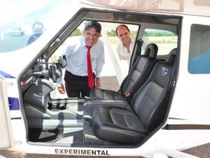Prefeito Fernando Cabral e o avião que será construído em Bom Despacho/MG