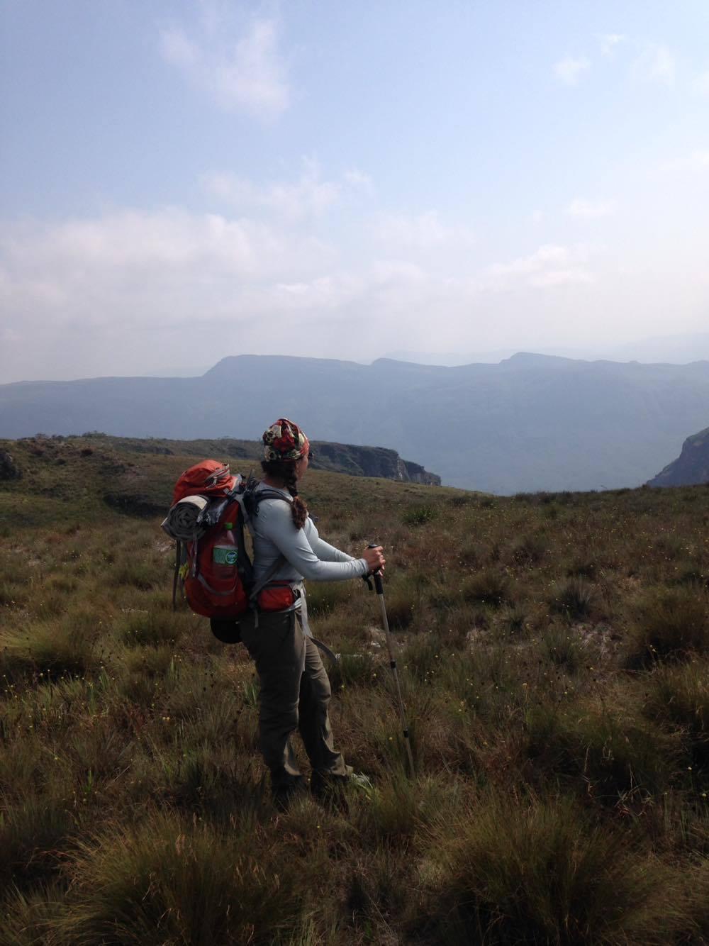 Carina fazendo caminhada na Serra do Cipó (Região do Travessão, em MG) na sua fase de preparação.