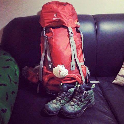 Mochila já com seus pertences, a concha do Peregrino e as botas amaciadas.