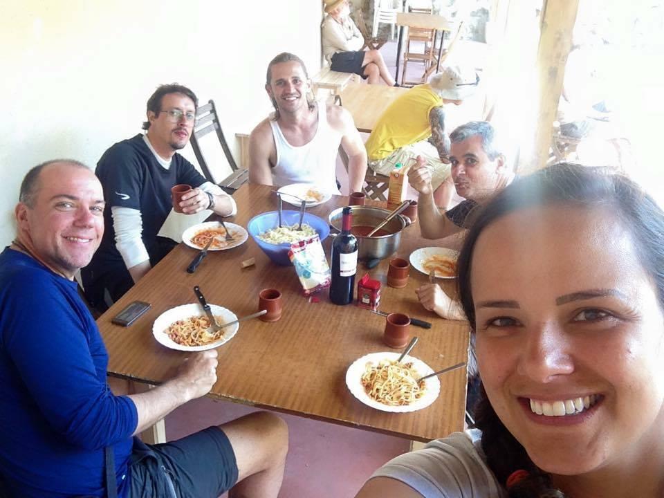 O dia que a Carina cozinhou no albergue para seus amigos peregrinos.