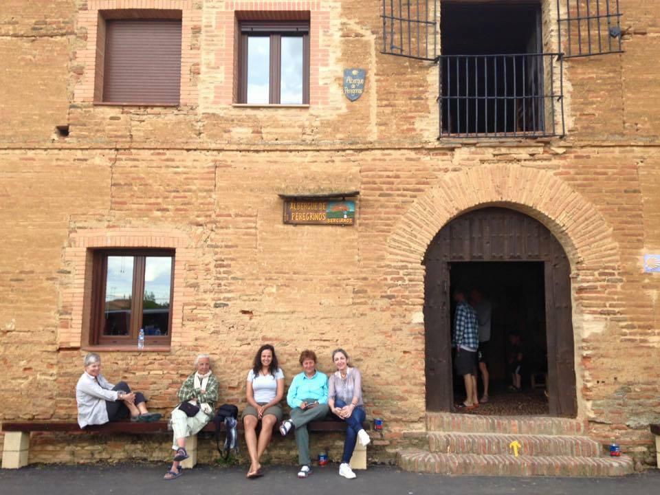 Descansando na porta do Albergue de Berciano Del Real Camino.