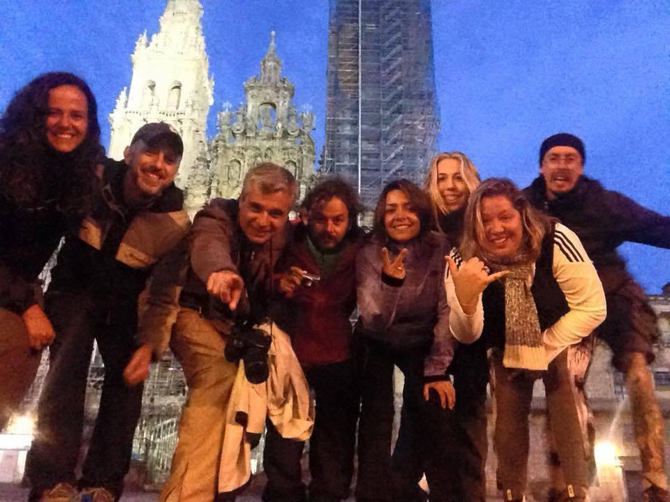 Carina e seus amigos peregrinos na porta da Catedral de Santiago de Compostela.