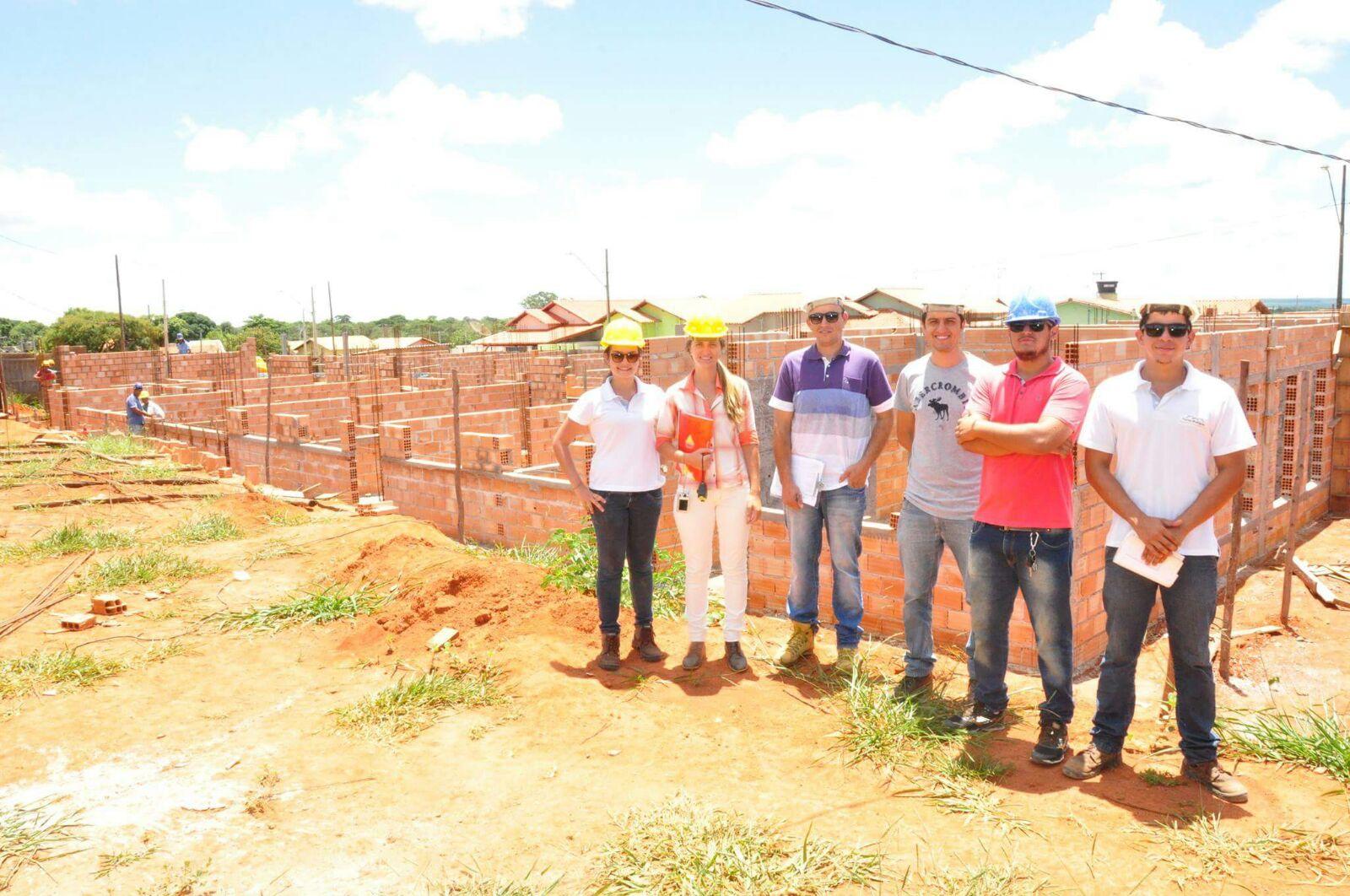 Diego (à direita) com sua equipe em obra para a Prefeitura de Bom Despacho