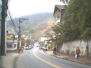 rua de Petróplis, ao fundo a Serra do Mar vista do outro lado. Foto: o autor